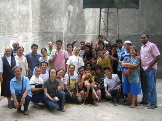 Picture with the boys and girls of Akay Kalinga Center